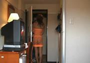 丸見え衣装でピザを受け取る女性