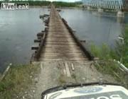 古い木製の橋を車で渡る
