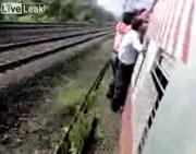 Vインド 車両に掴まっていた乗客が耐えきれず・・