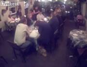 レストランで大胆なバッグ泥棒
