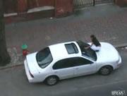 彼氏の車のボンネットに乗って・・・