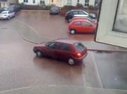 凍り付いた道路で滑り出す車