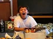 Xbox360をプレゼントされて喜ぶ少年