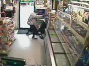 拳銃を持った二人組の強盗