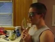 音声でワイングラスを割る男