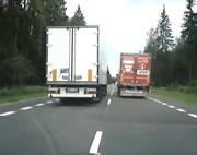 反対車線を走り続けるトラック