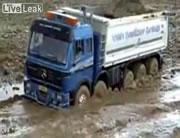 泥にはまったダンプ