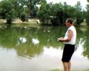 ラジコンヘリで釣りをするおじさん