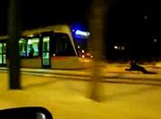路面電車でソリ遊び