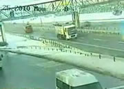 トラックの荷台が陸橋に激突