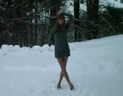 スタイルのいいお姉さん 雪の中でDANCE