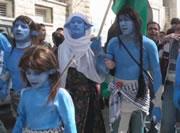 『アバター』ナヴィの格好で分離壁に抗議、パレスチナ