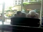 おじいちゃんとおばあちゃんの素敵なピアの演奏