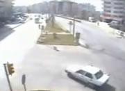 走行中の車から子供が落ちる