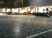 メルボルン 大雨で道路が川に