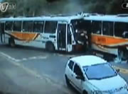 リオデジャネイロ バス同士の正面衝突事故