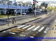 リオデジャネイロ 赤信号で止まった車にバスが突っ込む