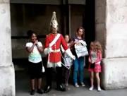 ウィンザー城の衛兵と記念撮影