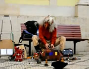 リスボン 愉快に演奏するストリートパフォーマー