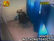 中国 ATMで現金を引き出す女性が襲われる
