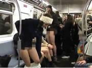 地下鉄車内で脱ぎ出す男女