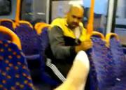 女性の足の動きに合わせて顔を動かす男