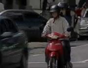 止まったバイクに突っ込む車