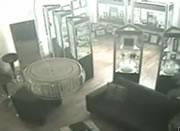宝石店 強盗に反撃する店主