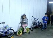 見事に縦列駐輪を決める女の子
