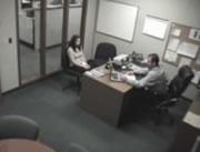 オフィスの物に当たる女性