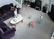ベビーシッターとチビちゃんのボール遊び