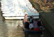 ボートから落ちる女性二人
