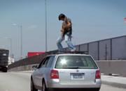 走行中の車の屋根に乗ってギター演奏