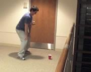カップにボールを投げ入れる