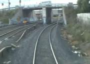 列車の目の前で横切る青年二人