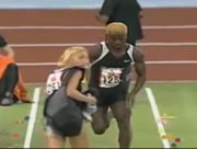走る選手の前を横切る