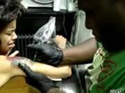 タトゥーを入れる女性