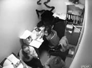 オフィスの天井から人が落ちてくる