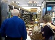 ロシア スーパーマーケットの酒類販売コーナーで瓶を割りまくる女性
