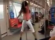 南京地下鉄でポールダンス