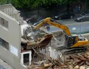 ビル解体現場の脇を通るのは危険