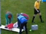 担架で運ばれるサッカー選手