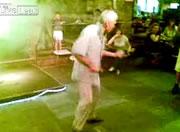Lady Gagaで踊るおじいちゃん