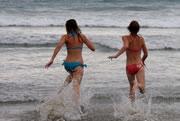 ビーチで走る女性写真集