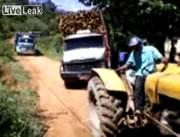 材木積み過ぎ!?で横転するトラック