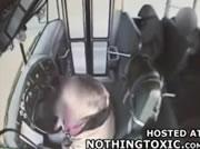 女性バス運転手に殴りつける少年