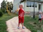 フラフープで遊ぶお姉ちゃんの脇をナイスタイミングで通る弟君