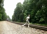 線路横断 列車を目の前にして転ける