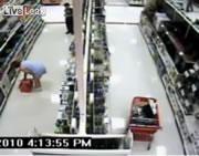 スーパーの防犯カメラが捕らえた隠し撮りする男
