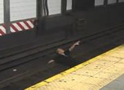 地下鉄の線路に下りる迷惑なヤツ